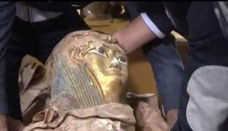 صورة فضيحة.. تهريب الآثار بحقيبة دبلوماسية مصرية