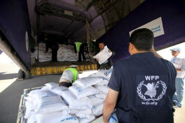 صورة مليشيا الإمارات والحوثي يسرقون المساعدات الإنسانية المخصصة لليمنيين