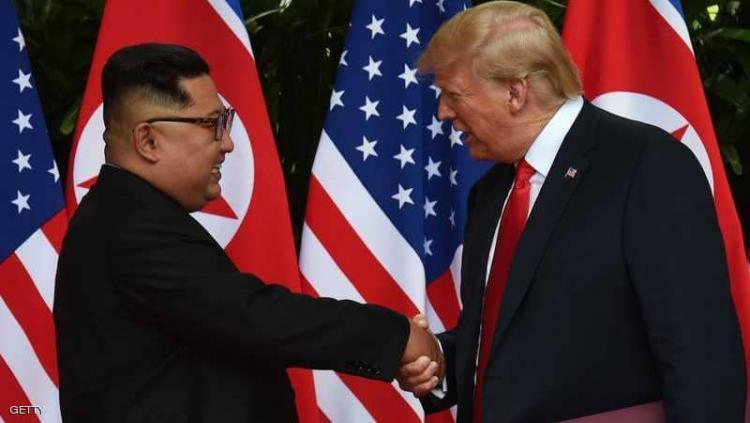زعيم كوريا الشمالية كيم جونغ أون خلال لقائه الرئيس الأمريكي دونالد ترامب