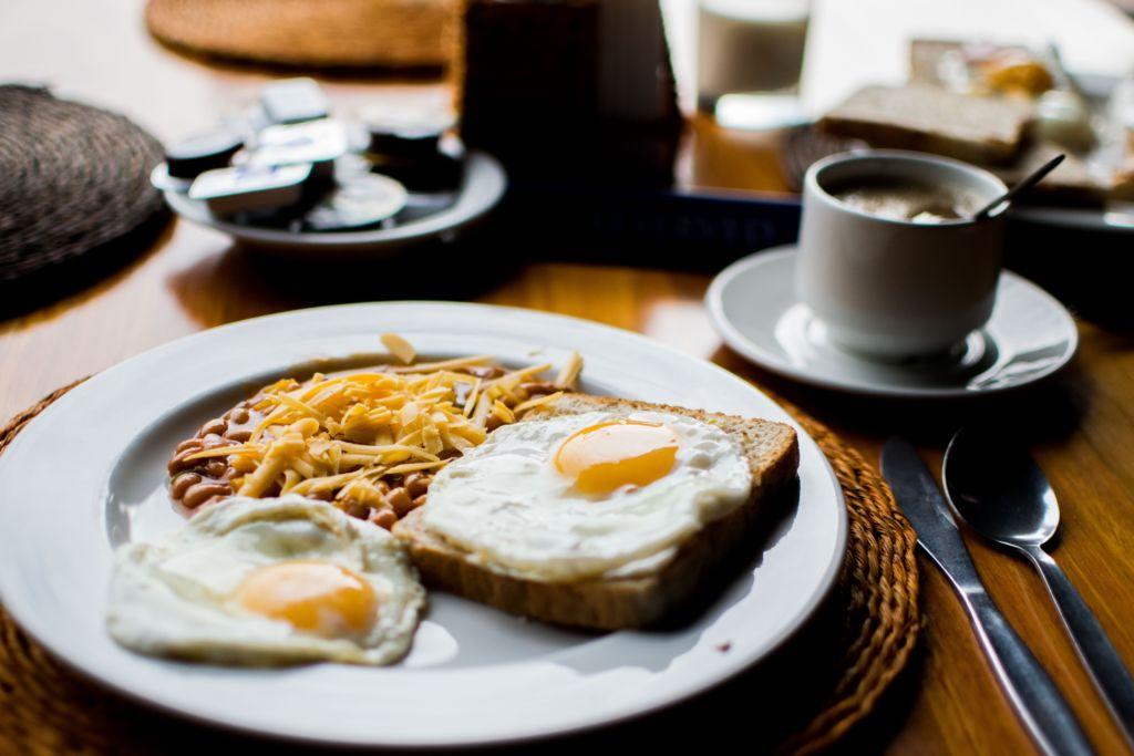 تناول وجبة إفطار غنية بالطاقة على نحو منتظم تعزز من صحة القلب