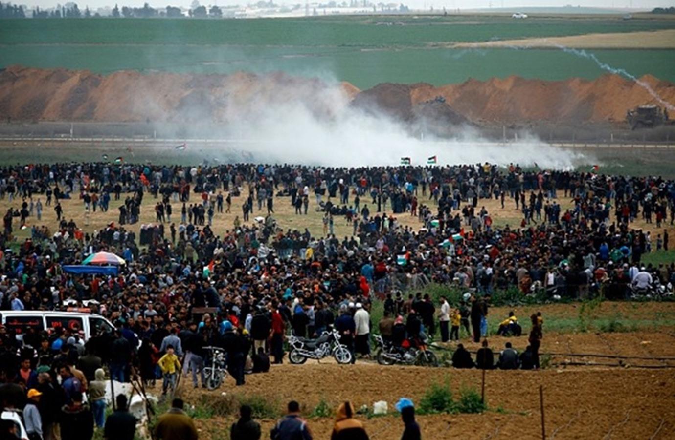 فلسطينيون يتظاهرون ضمن مسيرة العودة شرقي قطاع غزة