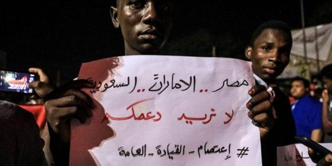 المتظاهرون السودانيون رفضوا تدخلات الإمارات والسعودية ومصر