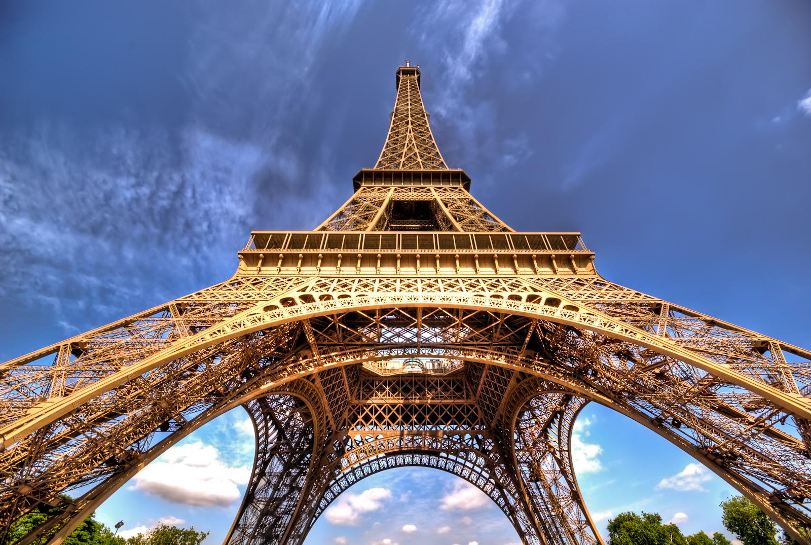 برج إيفل أحد أبرز المعالم السياحية في العالم
