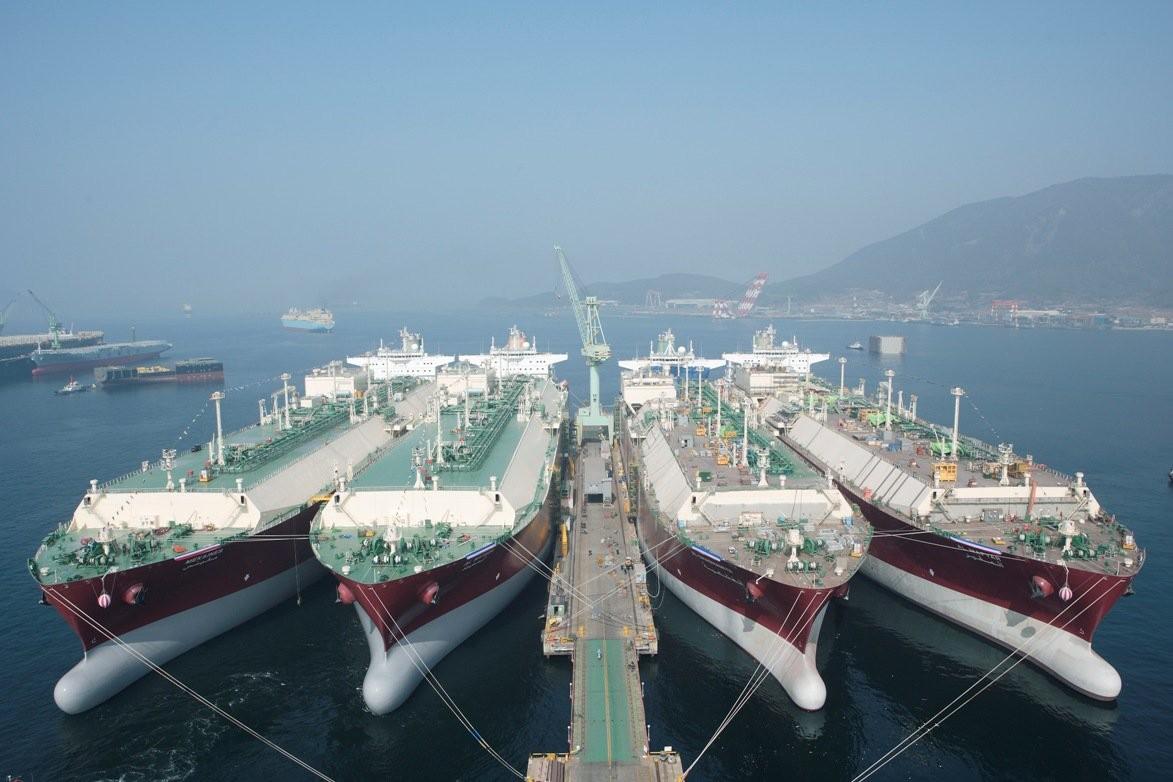 صورة اتفاقية لتصدير الغاز القطري إلى الكويت لـ15 عامًا