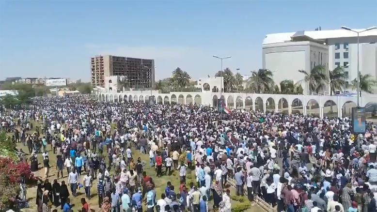 جانب من احتجاجات المتظاهرين في السودان
