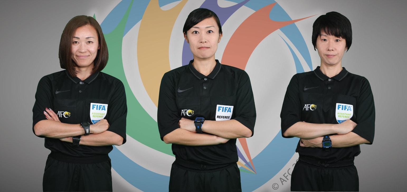 طاقم تحكيم نسائي بالكامل لمباراة كرة قدم رجال في آسيا