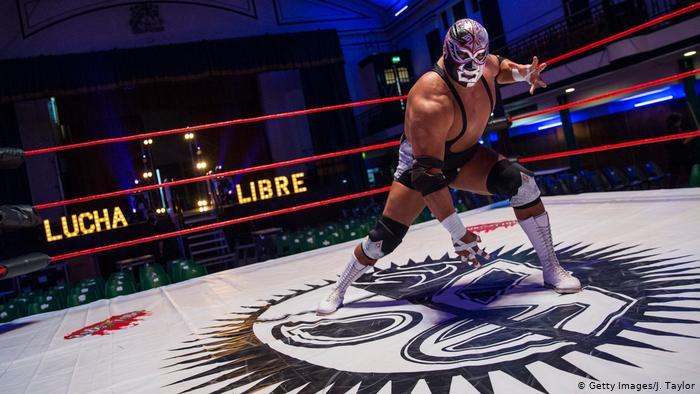 """نجم المصارعة المكسيكي بـ""""سيلفر كينغ"""" توفي على حلبة النزال"""