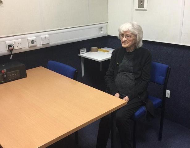الشرطة البريطانية تحقق حلم عجوز باعتقالها!