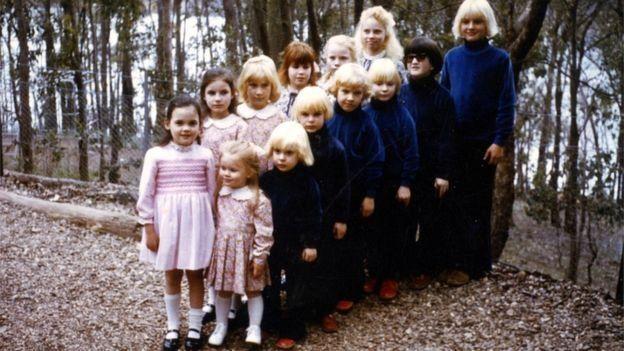 """أطفال """"طائفة الأسرة"""" في إيلدون بولاية فيكتوريا، في ثمانينيات القرن الماضي."""