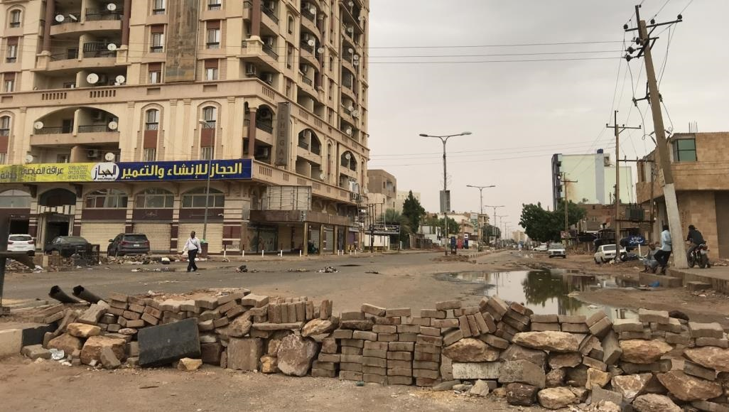 المحتجون في عاصمة السودان أغلقوا الطرق بالأحجار