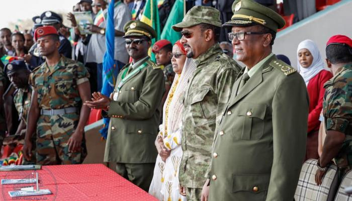 رئيس الوزراء (وسط) ورئيس الأركان (يمين) في إثيوبيا