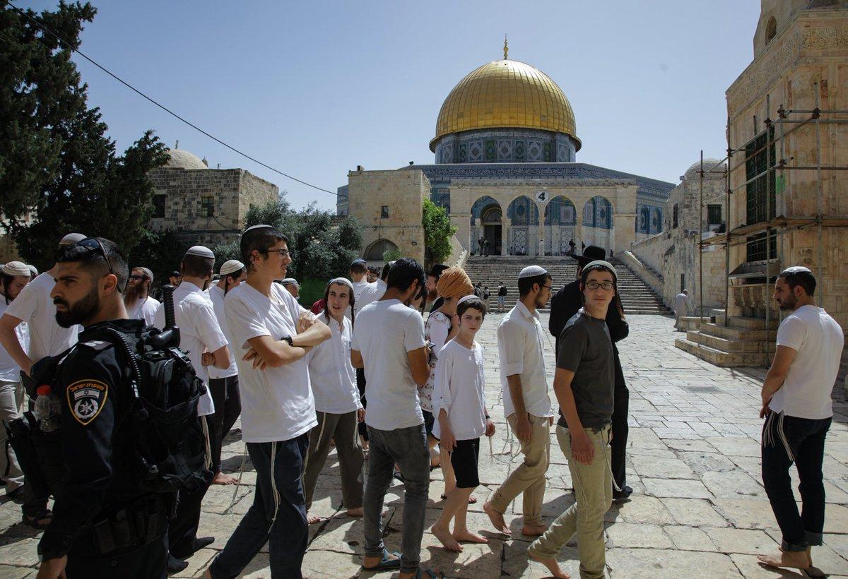 Photo of صور: مستوطنون يجتاحون المسجد الأقصى والاحتلال يعتدي على المصلين