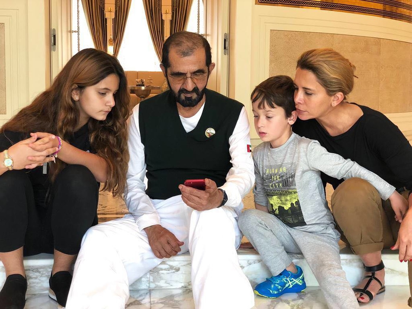 الأميرة هيا مع زوجها محمد بن راشد وأبنائهما