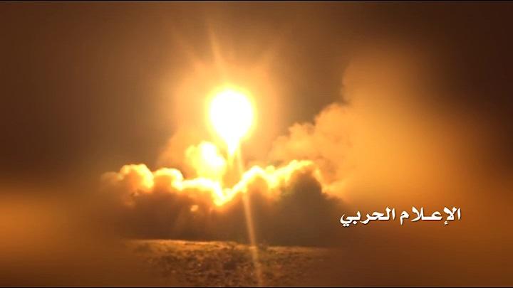 """صورة تحت اسم """"توازن الردع 4"""".. الحوثيون: استهدفنا وزارة الدفاع وقاعدة الملك سلمان الجوية بالرياض"""
