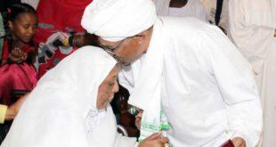الرئيس السوداني المعزول عمر البشير ووالدته الراحلة