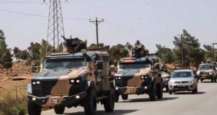 عناصر من قوات حفتر في ليبيا تستقل عربات عسكرية زودتها بها الإمارات