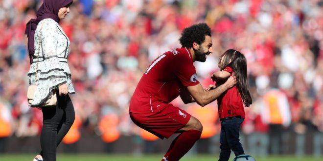 محمد صلاح وزوجته ماجي صادق وطفلتهما مكة