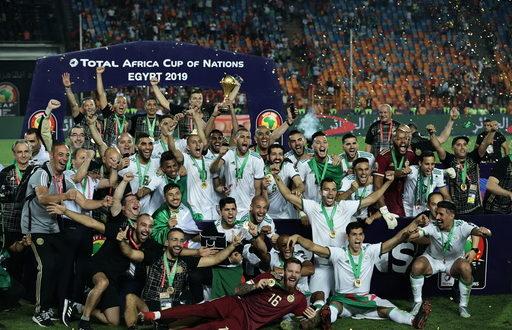 لاعبو منتخب الجزائر يرفعون كأس البطولة
