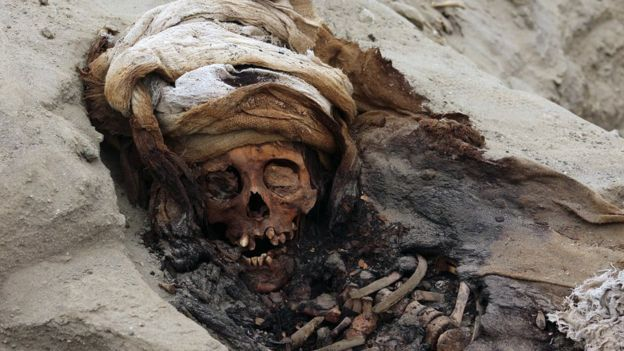 جانب من المقبرة الجماعية التي تضم مئات الأطفال في بيرو
