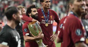 لاعب ليفربول المصري محمد صلاح يحمل كأس البطولة