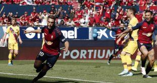 فرحة لاعب أوساسونا بتسجيل هدف في مرمى برشلونة
