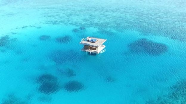 تتكلف الغرفة تحت الماء في منتجع مانتا 1700 دولار في الليلة (1300 جنيه إسترليني)