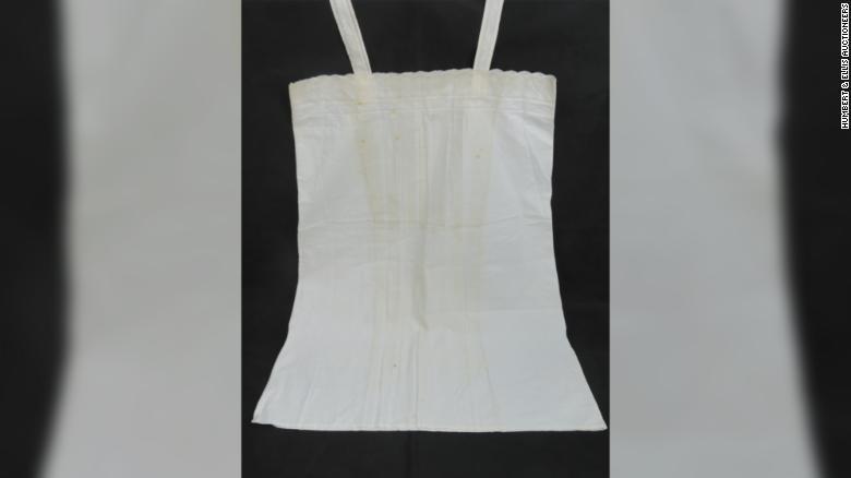 تم بيع ثوب نوم من الدانتيل الأبيض مع حرف واحد فقط من إيفا براون في المزاد