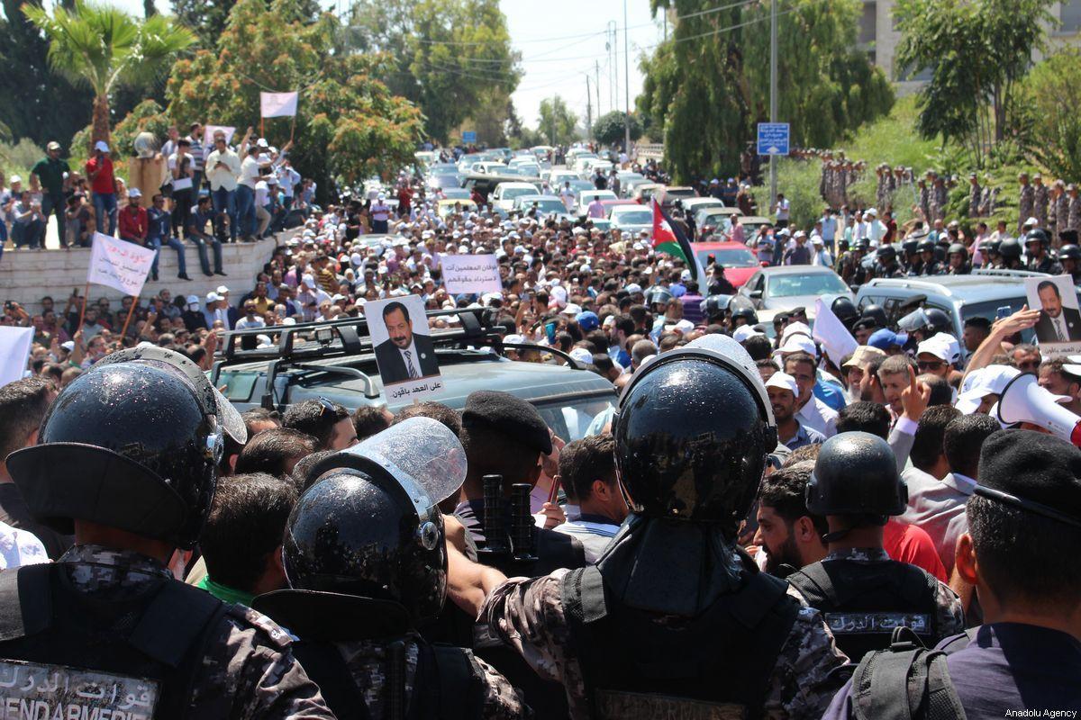 صورة سابقة لانتشار قوات الأمن خلال تجمع المعلمين الأردنيين قرب مقر الحكومة في عمّان