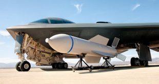 """قنبلة GBU-57 """"أم القنابل"""" مع طائرة من سلاح الجو الأمريكي"""