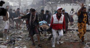 المسعفون اليمنيون وعمال الإنقاذ في القاعة بعد غارات جوية شنتها قوات التحالف بقيادة السعودية على جنازة في 8 أكتوبر / تشرين الأول 2016 (أ ف ب)