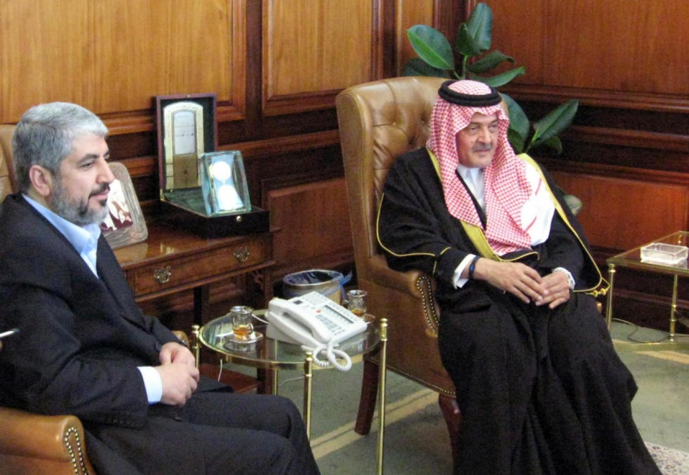 لقاء بين وزير الخارجية السعودي الأسبق الراحل سعود الفيصل ورئيس حماس السابق خالد مشعل