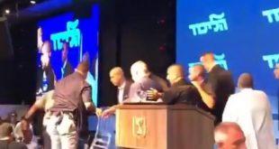 لحظة هروب رئيس الوزراء الإسرائيلي من صواريخ غزة