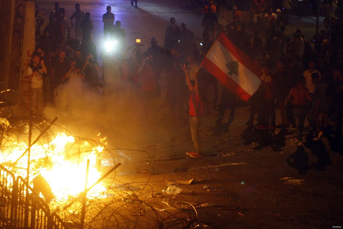 متظاهرون لبنانيون خلال احتجاجات ضد فساد الحكومة والمأزق السياسي (أرشيف)