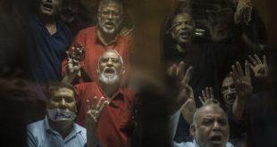 قادة جماعة الإخوان المسلمين أثناء محاكمتهم في مصر