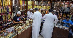 الكويتيون يشترون خرز التسبيح في أحد الأسواق في مدينة الكويت في 25 أيار (مايو) 2019
