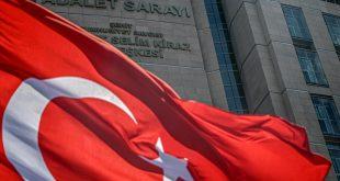 علم وطني تركي يطير أمام قصر العدل في تشاغليان في إسطنبول