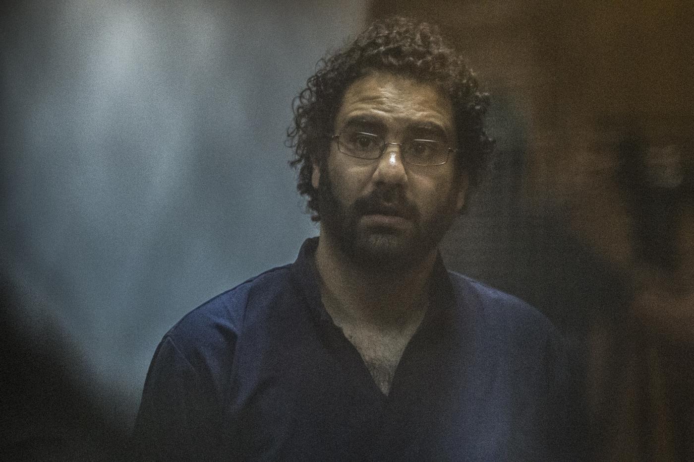 صورة الناشط اليساري المصري علاء عبد الفتاح يتعرض للضرب والتهديد في السجن