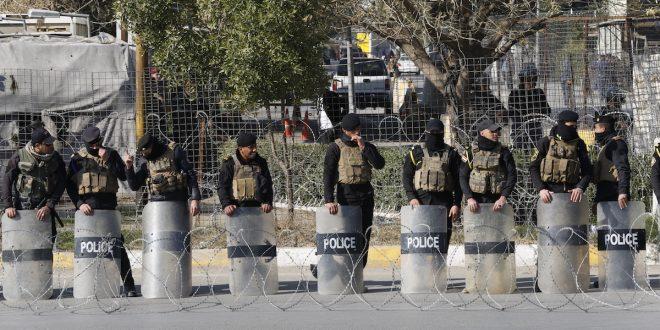 عناصر من مكافحة الشغب العراقية تشكل حاجزًا أمام الاحتجاجات
