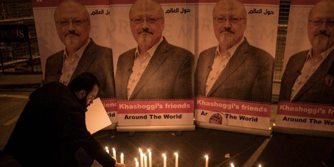 وقفة شموع لتذكر الصحافي جمال خاشقجي خارج القنصلية السعودية في 25 أكتوبر 2018 في إسطنبول