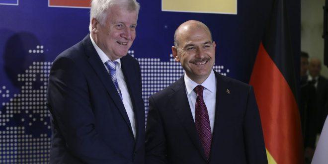 وزير الداخلية التركي سليمان سويلو (يمين) يلتقي وزير الداخلية الألماني هورست سيهوفر (يسار) حول قضية الهجرة في أنقرة