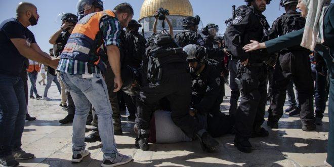 قوات الاحتلال تعتدي على المصلين في المسجد الأقصى