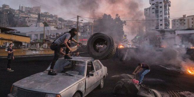 المتظاهرون المناهضون للحكومة يسدون طريقًا سريعًا في بيروت في 18 أكتوبر