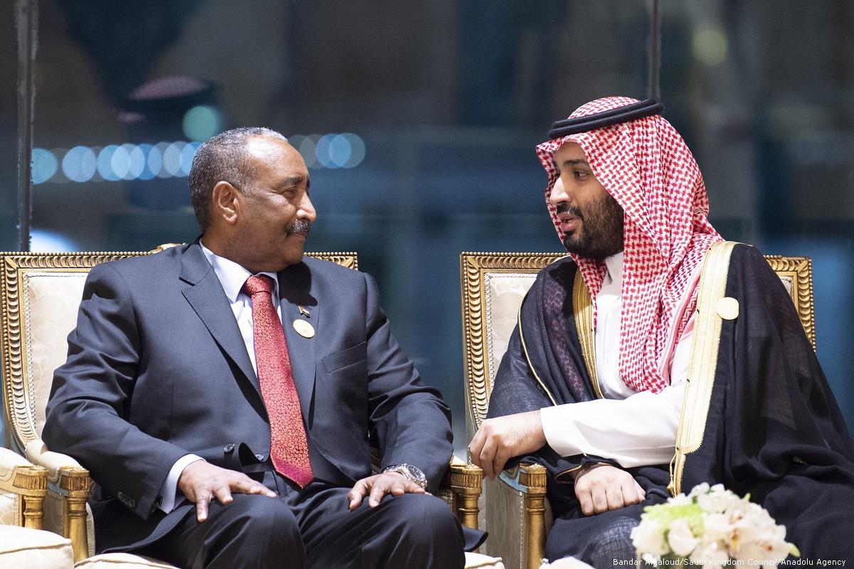 ولي عهد السعودية محمد بن سلمان يتحدث مع رئيس المجلس العسكري الانتقالي السوداني عبد الفتاح البرهان (يسار)