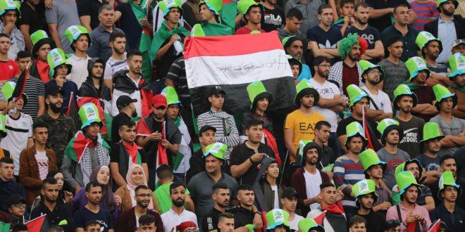 الشاب الفلسطيني أثناء رفعه علم اليمن