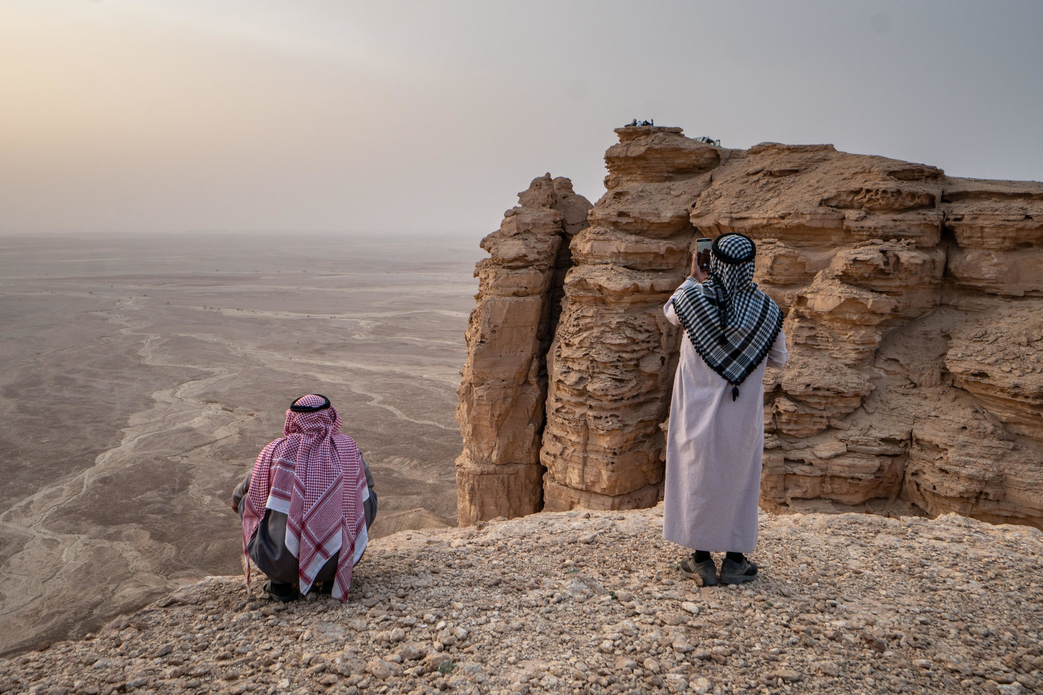 قمة منحدرة تقدم منظرًا غير متقطع للأفق يُطلق عليه حافة العالم في السعودية