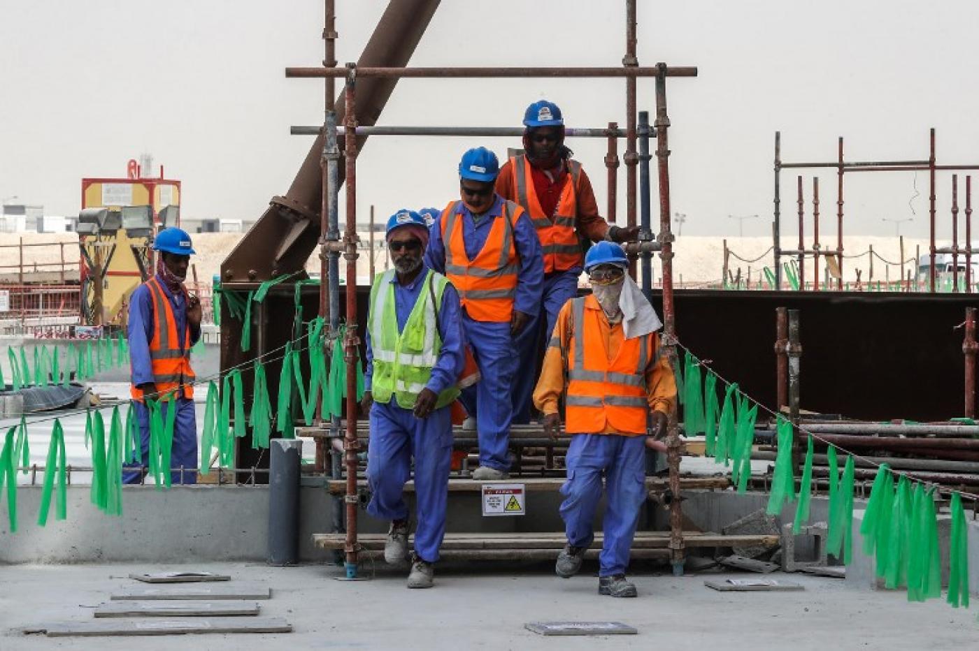 """صورة وصفته منظمات دولية بـ""""الخطوة الكبيرة"""".. قطر تقر قانون الحد الأدنى للأجور وستلغي جميع تصاريح خروج العمال"""