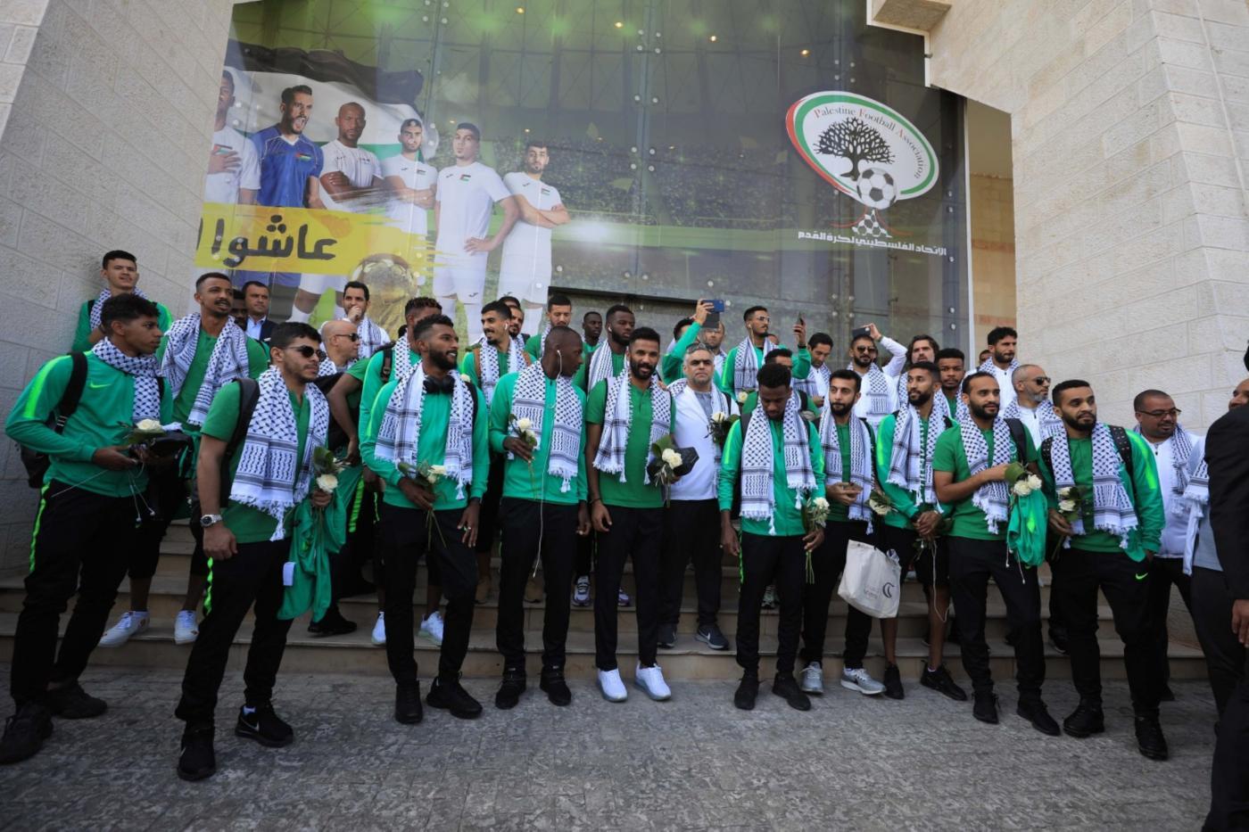 Photo of زيارة المنتخب السعودي للمسجد الأقصى تثير جدلًا واسعًا.. واتهامات للسعودية بالتطبيع مع إسرائيل