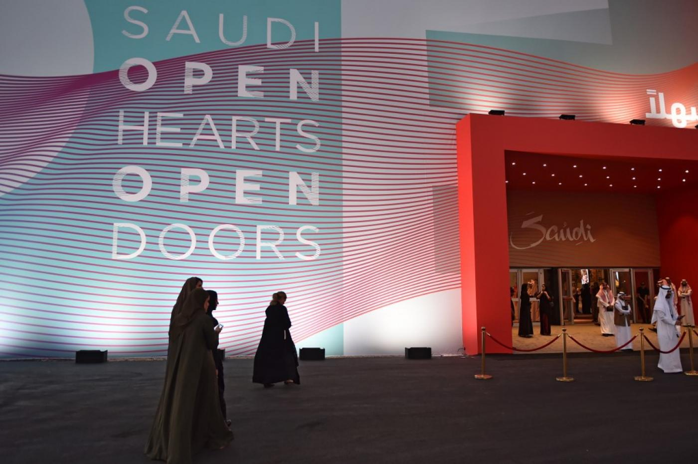 صورة السعودية تسمح للرجال والنساء الأجانب بمشاركة غرف الفنادق دون إثبات ارتباطهما