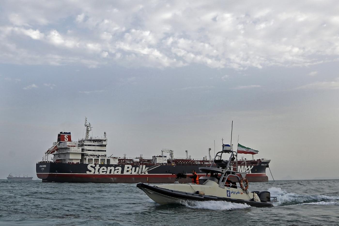 """الحرس الثوري الإيراني يقوم بدورية حول الناقلة التي ترفع علم المملكة المتحدة """"ستينا إمبيرو"""" التي ترسو قبالة ميناء بندر عباس الإيراني"""