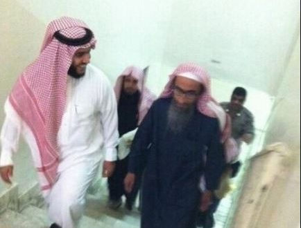 الشيخ المتوفى فهد القاضي (يمين)